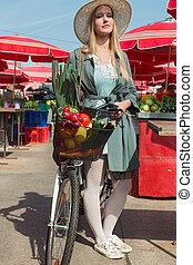 séduisant, blond, femme, à, chapeau paille, et, vélo, sur, marketplace.