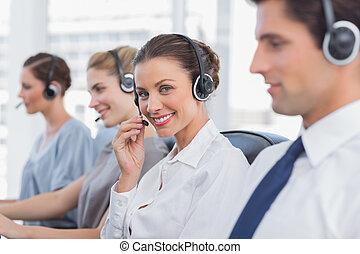 séduisant, centre, casque à écouteurs, agent, appeler