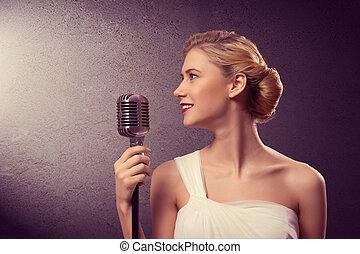 séduisant, chanteur femelle, à, microphone