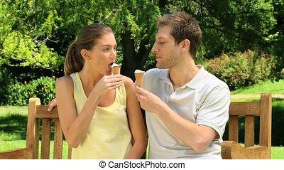 séduisant, couple, crèmes, glace, manger