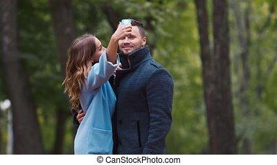 séduisant, couple, photographier, eux-mêmes, dans, les, automne, parc