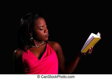 séduisant, femme africain-américaine, tenue, livre