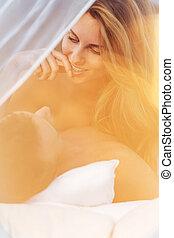 séduisant, femme, dans lit