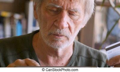 séduisant, homme aîné, achats, sur, tablette numérique, à, carte de débit
