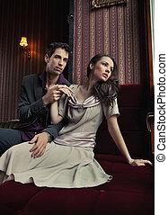 séduisant, jeune couple, étreindre