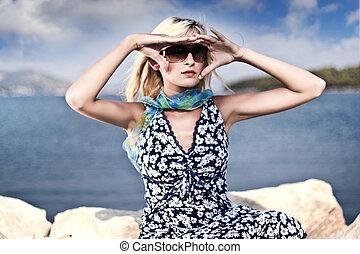 séduisant, jeune femme, dans, lunettes soleil