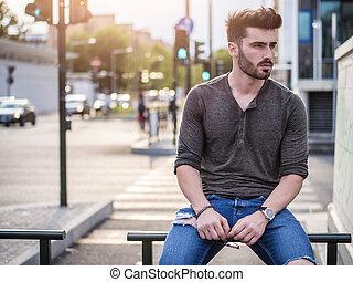 séduisant, jeune homme, portrait, dans, rue ville