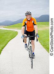 sénior ativo, homem, montando, um, estrada, bicicleta