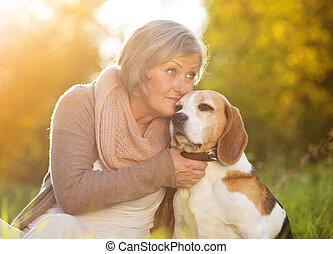 sénior ativo, mulher, cão, abraços