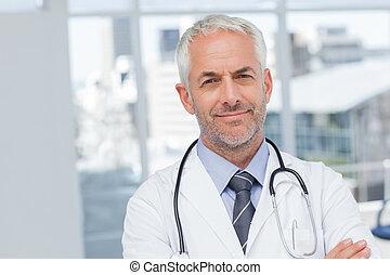 sérieux, docteur, à, bras croisés