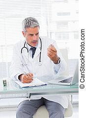 sérieux, docteur, regarder, médicament, pour, a, prescription