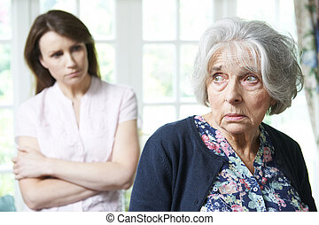sérieux, femme aînée, à, adulte, fille, chez soi