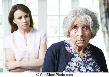 sérieux, femme aînée, à, inquiété, adulte, fille, chez soi