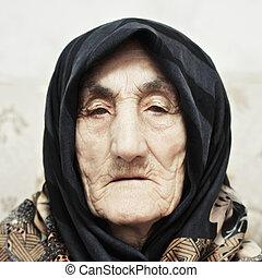 sérieux, femme aînée