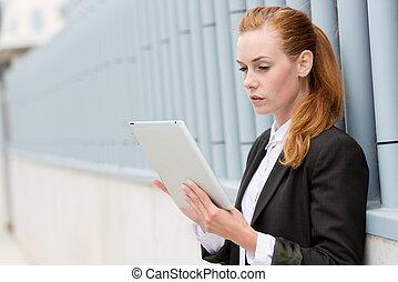 sérieux, femme affaires, lecture, pc tablette