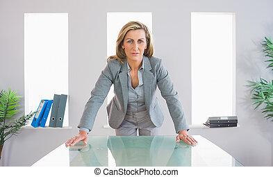 sérieux, femme affaires tient, devant, a, bureau