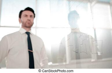 sérieux, homme affaires, chercher, a, nouveau, commercialisation, plan