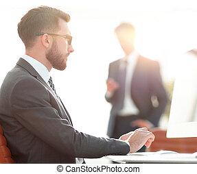 sérieux, homme affaires, séance, à, sien, bureau