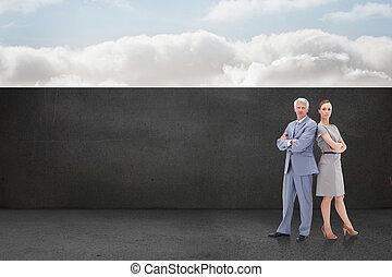 sérieux, homme affaires tient, nouveau dos, à, a, femme, contre, balcon, et, ciel clair