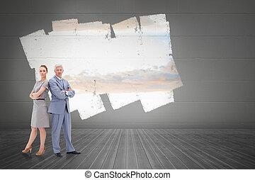 sérieux, homme affaires tient, nouveau dos, à, a, femme, contre, exposer, sur, mur, projection, ciel clair