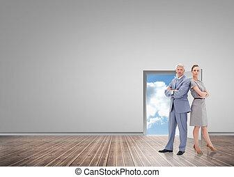 sérieux, homme affaires tient, nouveau dos, à, a, femme, contre, porte, ouverture, projection, ciel bleu