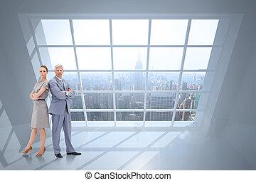 sérieux, homme affaires tient, nouveau dos, à, a, femme, contre, salle, à, grand, fenêtre, projection, ville