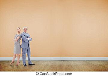 sérieux, homme affaires tient, nouveau dos, à, a, femme, contre, salle, à, plancher bois