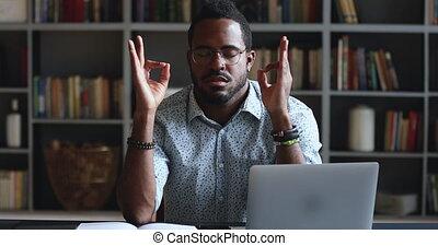 sérieux, homme, méditer, africaine, bureau, relâcher, business, travail, asseoir