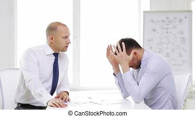 sérieux, hommes affaires, diagrammes, bureau, deux