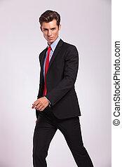 sérieux, marche, jeune, homme affaires