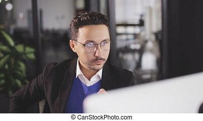 sérieux, ordinateur portable, bureau, fonctionnement, homme