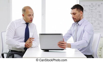 sérieux, ordinateur portable, deux, bureau, hommes affaires