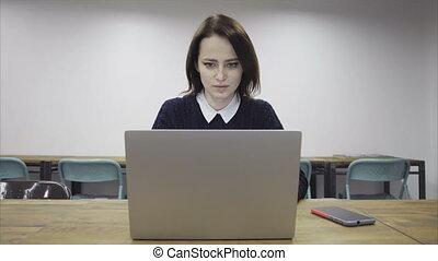 sérieux, ordinateur portable, femme, utilisation