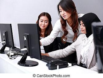 sérieux, réunion, trois, bureau, femmes affaires