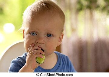 yeux bleus alimentation jeune pur e enfant citrouille photos de stock rechercher des. Black Bedroom Furniture Sets. Home Design Ideas