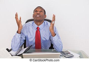 sério, afro, homem negócios, olhar, escrivaninha