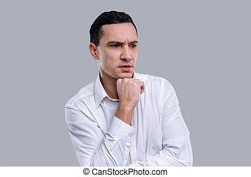 sério, dark-eyed, homem jovem, pensando