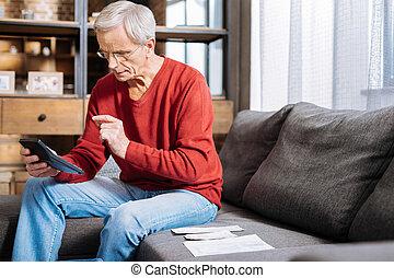 sério, envelhecido, homem, segurando, um, calculadora