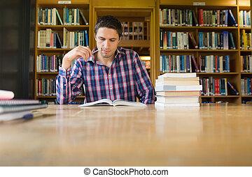 sério, estudante maduro, estudar