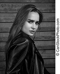 sério, expressivo, infeliz, cabelo longo, assento mulher, em, pretas, jacket., preto branco, retrato