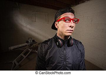 sério, homem, em, vermelho, óculos
