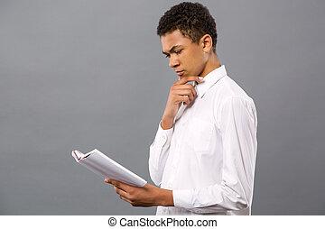 sério, homem jovem, estudar