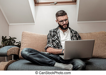 sério, homem jovem, olhar, a, laptop, tela