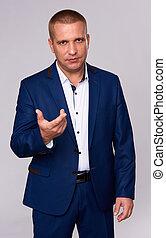 sério, homem negócios, em, azul, suit., isolado