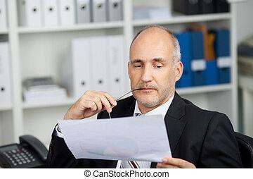 sério, homem negócios, estudar, papel
