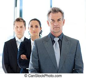 sério, homem negócios, guiando, um, equipe negócio