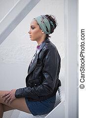 sério, mulher, com, hairband, sentar escada