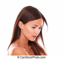 sério, mulher jovem, com, cabelo marrom, olhando baixo