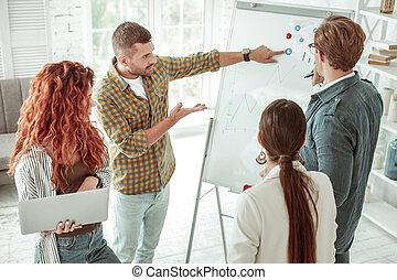 sério, whiteboard, jovem, apontar, homem
