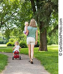 sétáló, nő, liget, gyerekek